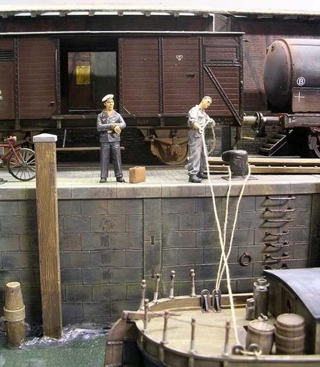 Der Kai füllt sich mit Leben..Arbeiter und wartenden Passagiere.
