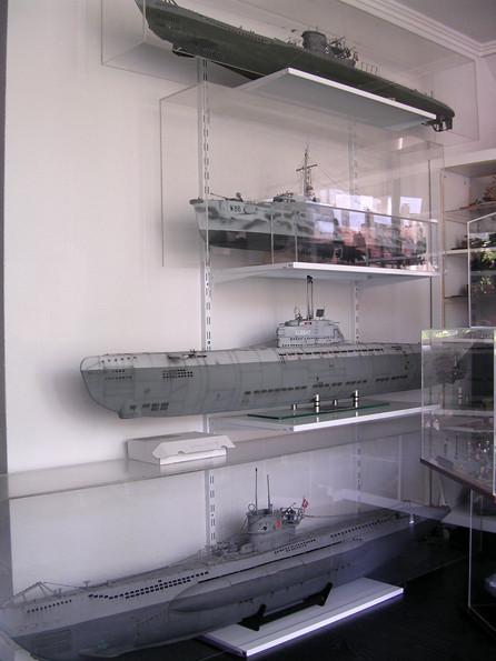 Ein Teil der U-Boot-Modelle sind zwecks Größenvergleich zusammen an die Wand gekommen.