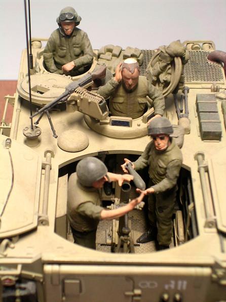 """Eine große, aufklappbare Öffnung im Wannnendach ermöglichte Rundumfeuer mit dem schweren Grantwerfer. Beachte die """"Kippa"""", die israelische Kopfbedeckung beim Kommandanten."""