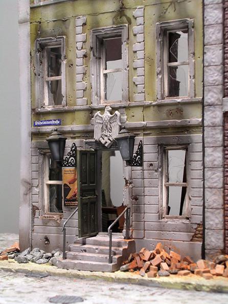 Ergänzt wurde das Hoheitsemblem über der Eingangstür, Geländer, Fensterrahmen und Türeinsatz, sowie Lampenset von Royal Models.