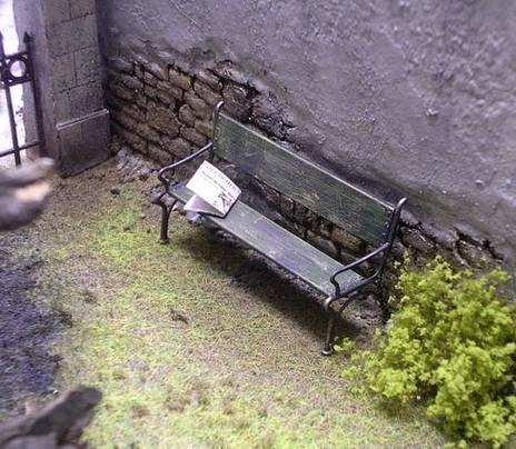 Gartenbank mit verlassener Zeitung sind ein lebendiger Bestandteil des kleinen Eckgartens.