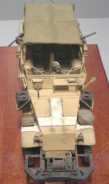 Zusätzlich wurde die Fahrerfront überpanzert und mit einem MG in Kugelafette ergänzt. Typisch die großen, weissen Fliegersichtkennzeichen im Haubenbereich.