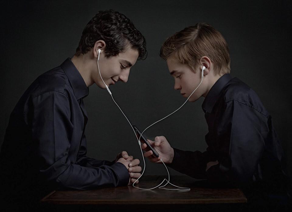 Luca en Mathies ( samen muziek luisteren)