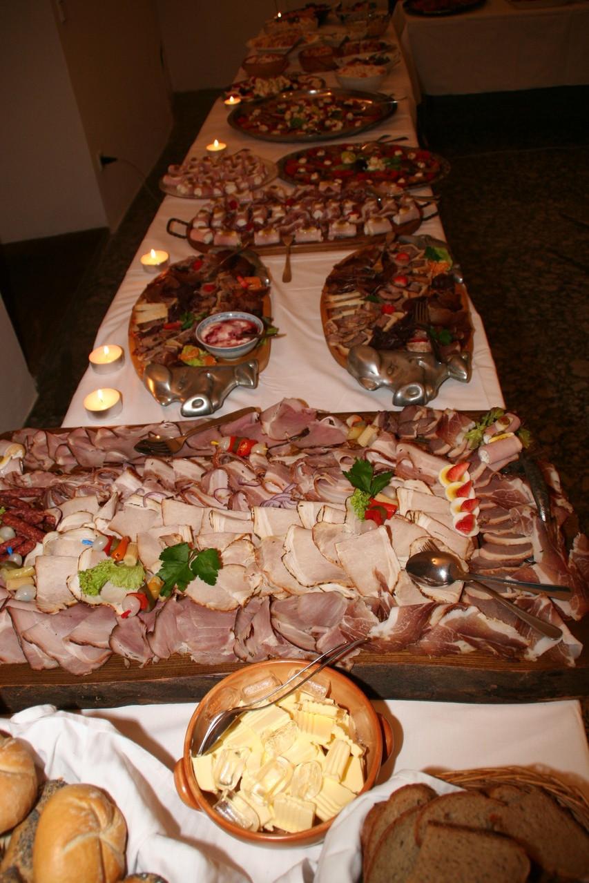 Schlachtplatte mit kaltem Schweinebraten und Geselchtem