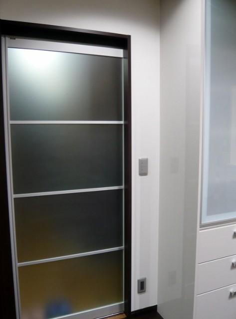 扉を半透明にすることで、扉を閉じた際も圧迫感が少なくなるようにしました