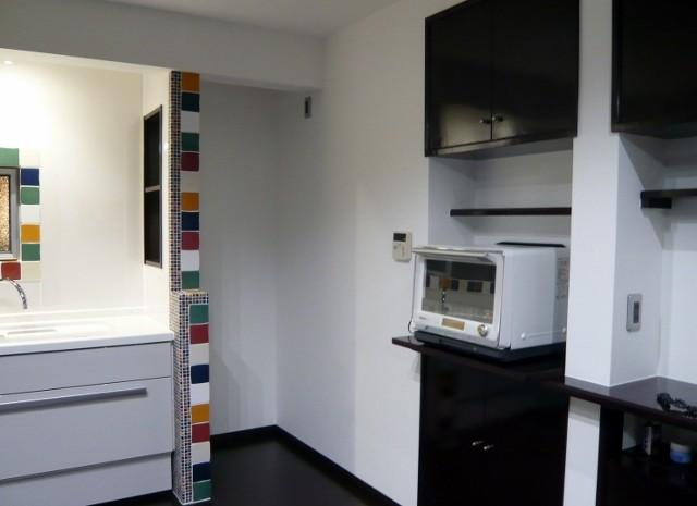 床の色と収納扉の色を合わせ、統一感をだしました