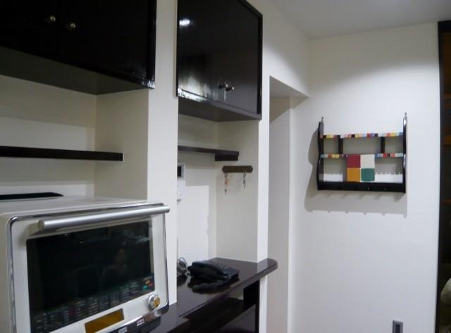 施工の過程で余ったタイルを既存の飾り棚に張り、新たな棚をつくりました