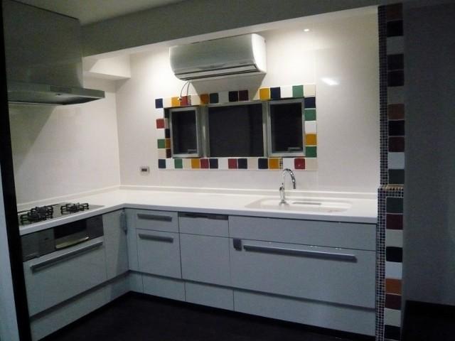 キッチンを白色にし、より華やかなタイルが映えるようにしました
