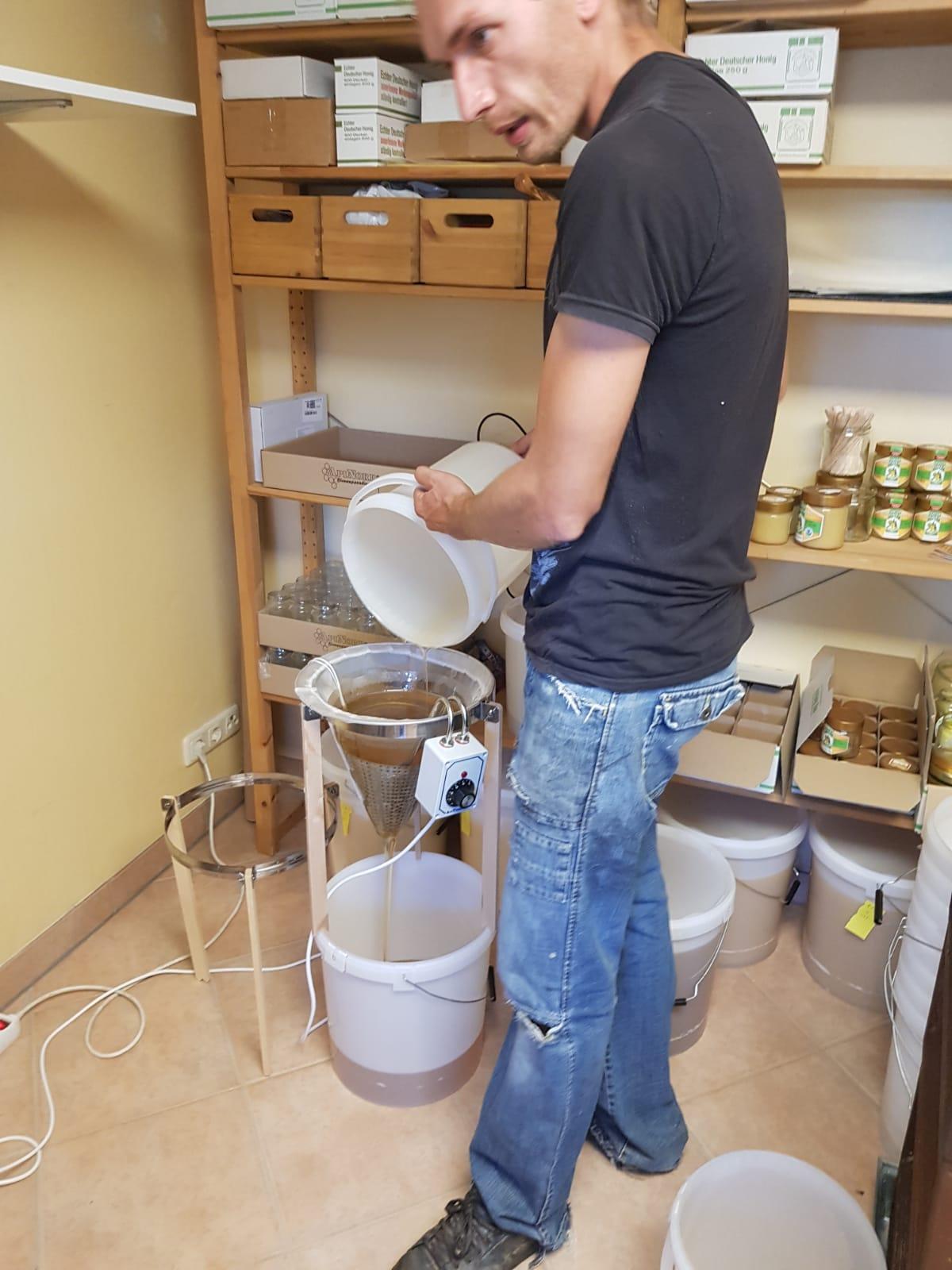 Hier wird der Honig im feinen Nylonsieb von letztem Schwebstoffen gereinigt.