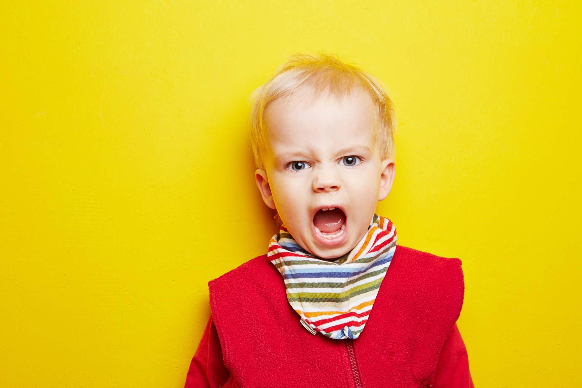 Wütende und trotzende Kinder bringen alle Eltern an ihre Grenzen
