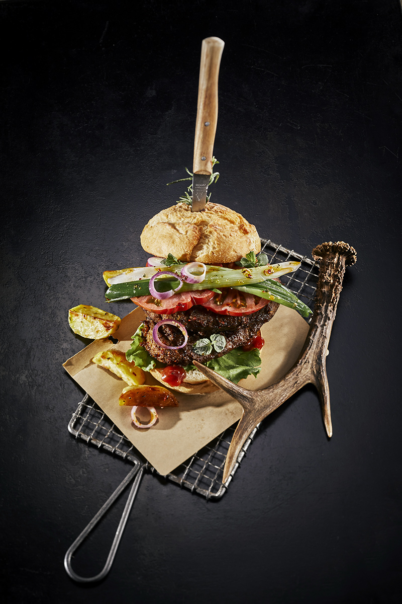 Street Food Art Wildburger mit Messer. Trendy Foodfotografie Team Reiter