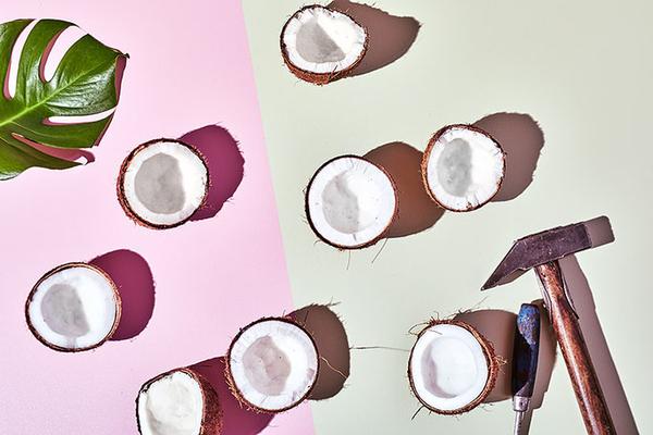 geteilte Kokosnusschalen für Cocktailkarte