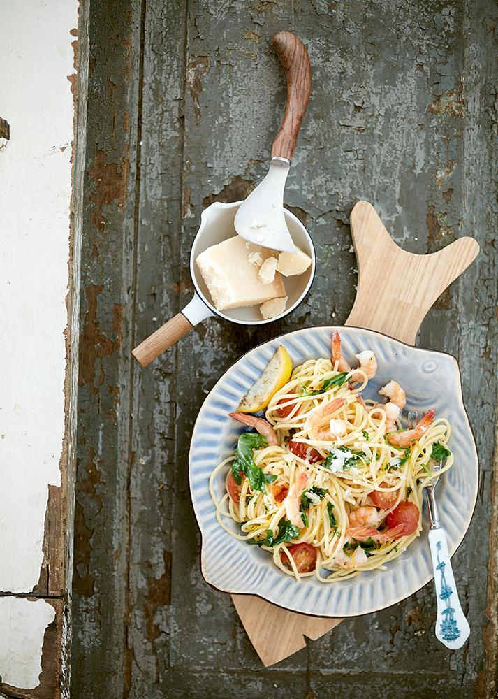 Pasta mit Scampies. Foodfotografie aus der Vogelperspektive Team Reiter. Konzept rustikal italienisch