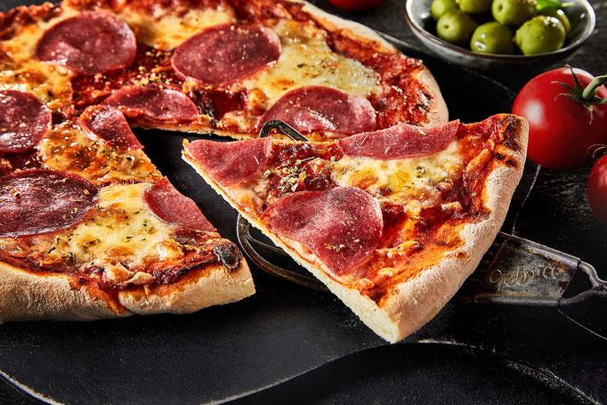 italienische traditionelle Pizza, Stück angeschnitten, Salamipizza