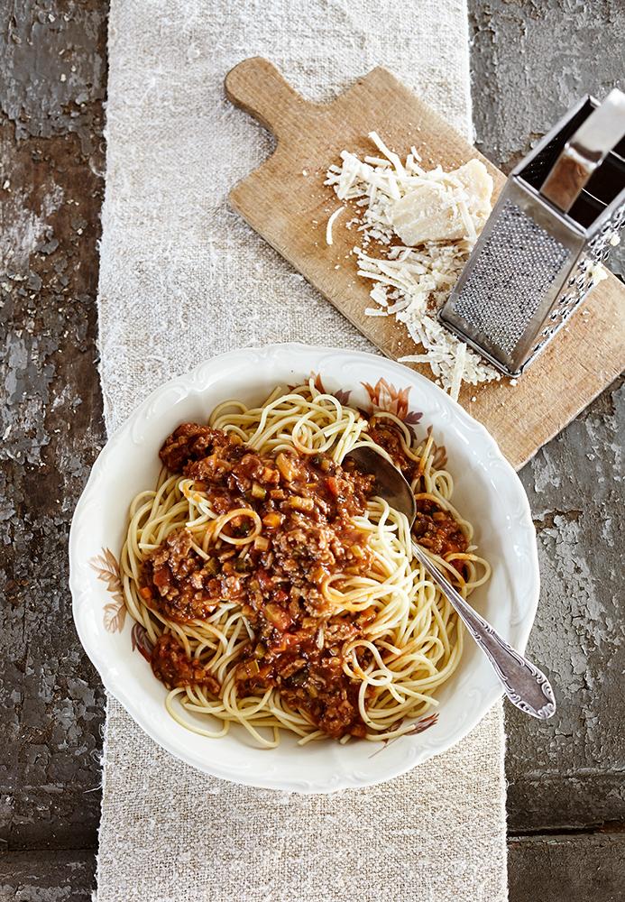 Spaghetti Bolognese Konzept rustikal italienisch