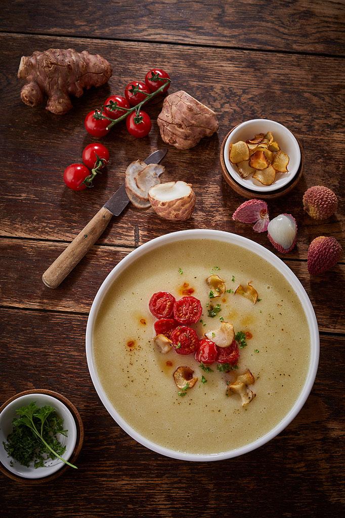 fruchtige Topinambur Suppe mit Litschis und gerösteten Crunchies