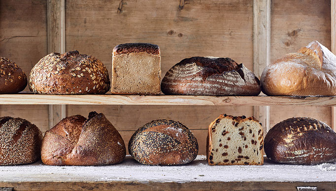 viele verschiedene Brotsorten im Brotregal, Verkaufsförderne Maßnahme VKF