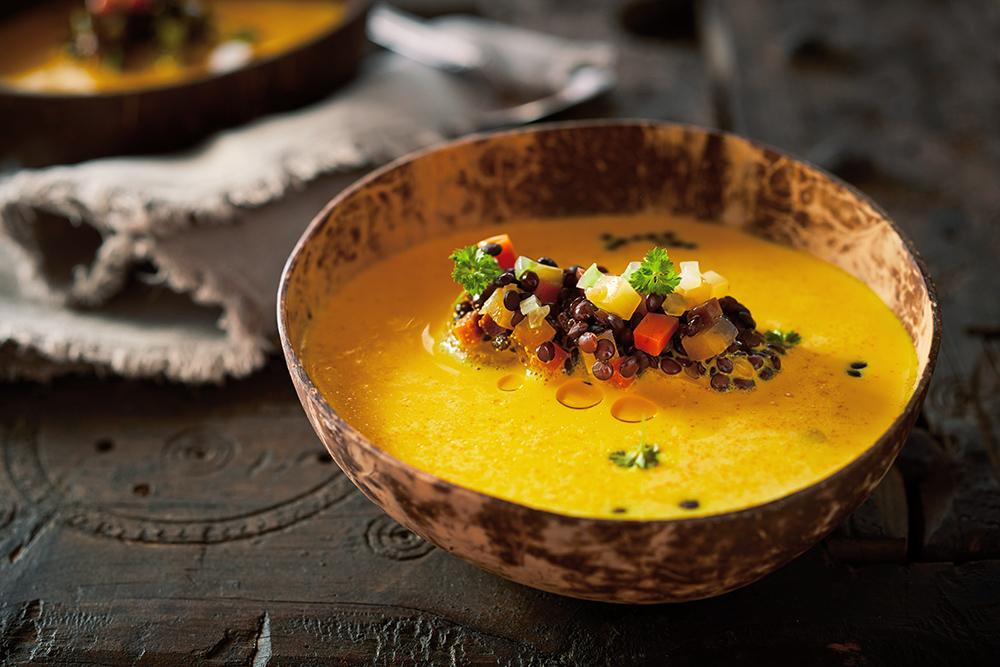 orientalische frische Mango-Linsensuppe