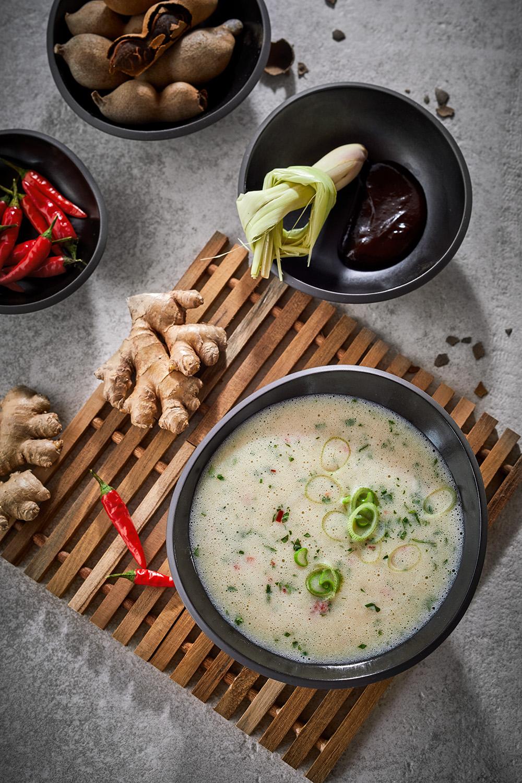 vietnamesische Tamarind Suppe overhead Rezeptentwicklung Foodstylisten von Team Reiter