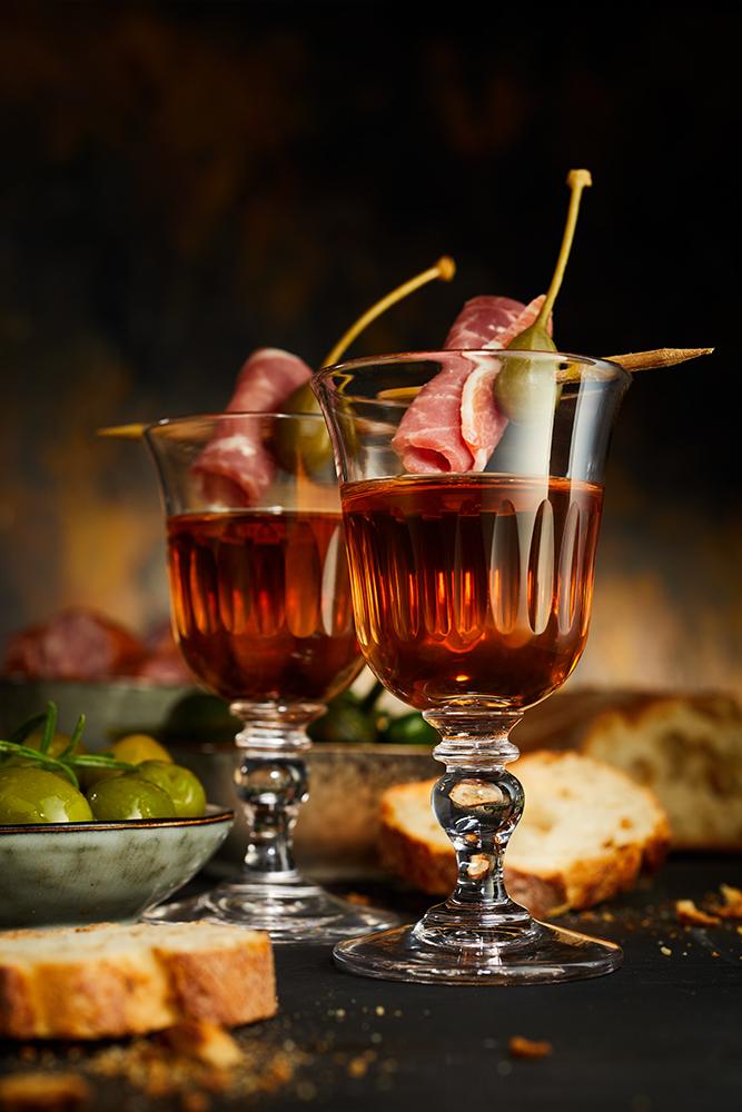 andalusischer Sherry Werbeaufnahme mit traditionellem Tapas auf dem Glas in Form eines Stück Serrano Schinkens