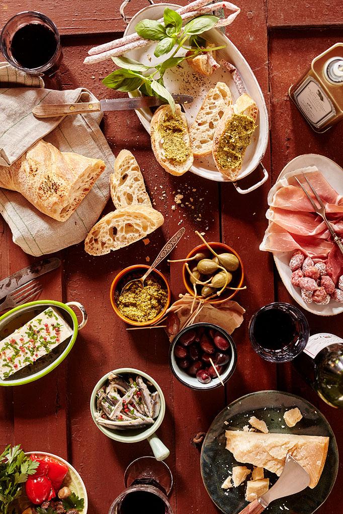italienische Antipasti gedeckter Tisch flat Lay