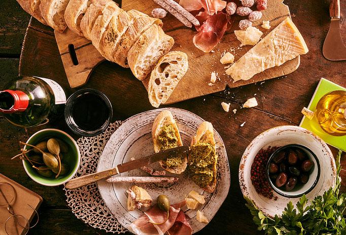 Oliven, Brotuafsrich, Wein, Abendessen italienisch