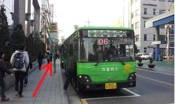 マウルバス乗り場があります。バスに乗らないで歩いて下さい。