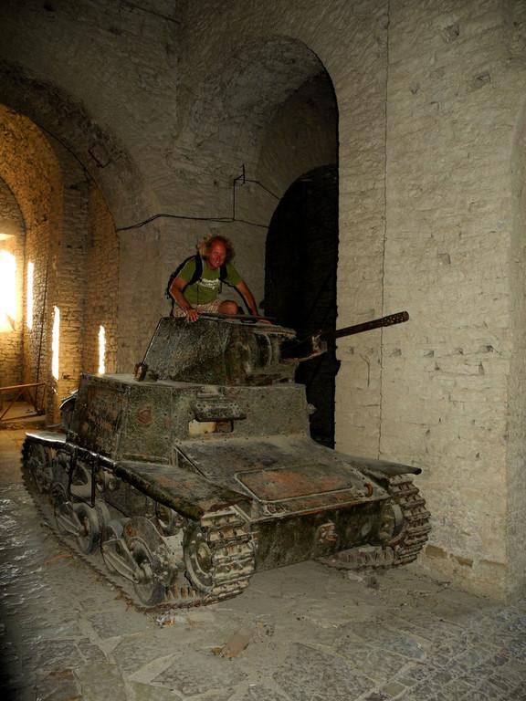 Italienischer Kleinpanzer aus dem Zweiten Weltkrieg - in den gewaltigen Gewölben des Kapitells