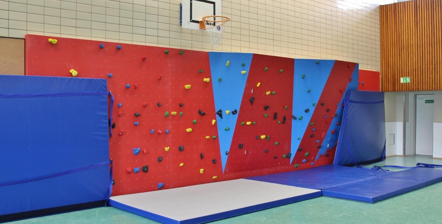 Die neue Kletterwand im Gymnastikraum