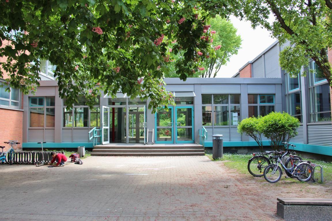 Eingang über den Schulhof