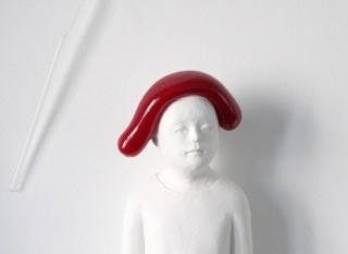 © Nele Waldert: Mann mit roter Glaswulst