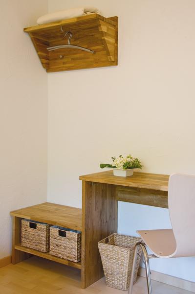 Wertige Massivholzmöbel aus Eiche in den Gästezimmern des Zürnshof.