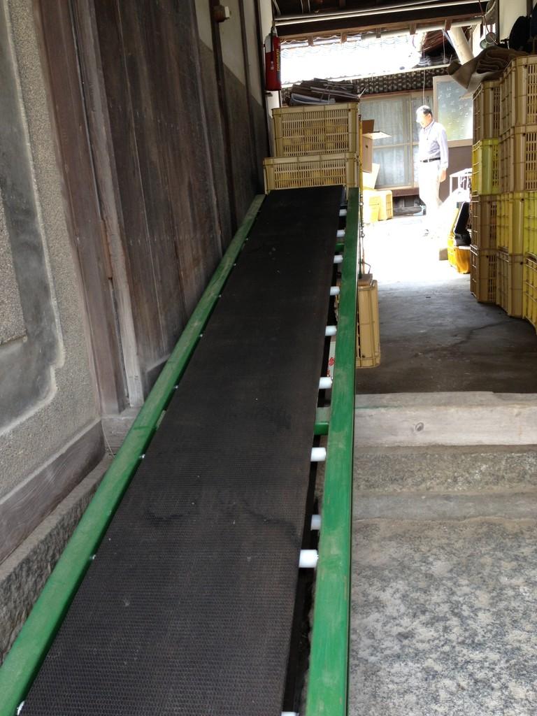 自宅入口は急な階段の為、コンベアで重いコンテナ(1箱30Kg)を移送