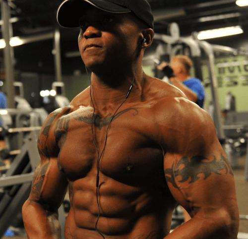 Mit Muskelaufbau und Bodybuilding zu einem Sixpack wie Arnold Schwarzenegger