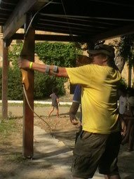 Erreichen Sie Ihre Ziele, so wie ein Mann mit Pfeil und Bogen ein Ziel anvisiert.