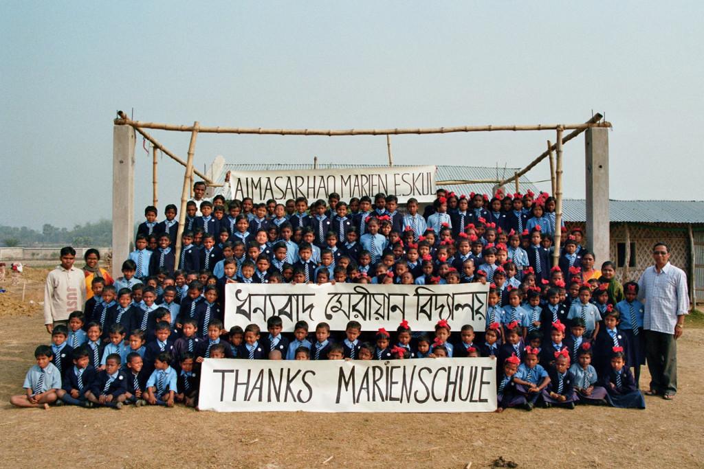 Danke (in Santali, Bengali und Englisch) an die Schülerinnen der Marienschule Limburg für die Martinsspenden in 2007 und 2008