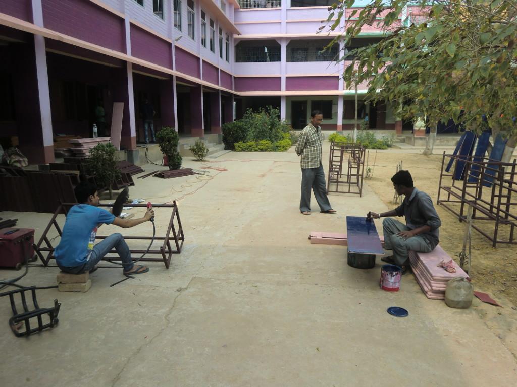 die neuen Schulmöbel werden vor Ort montiert