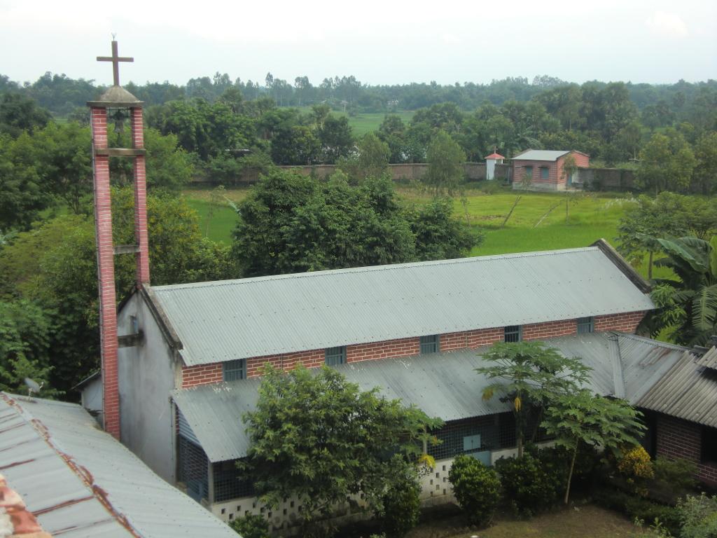 Blick auf das Pfarrhaus; im Hintergrund die Sanitätsstation der Missionarinnen der Nächstenliebe (Mutter Teresa)