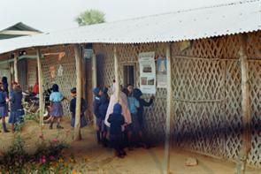 Die alten Schulgebäude (Bambusmatten und Blechdächer)