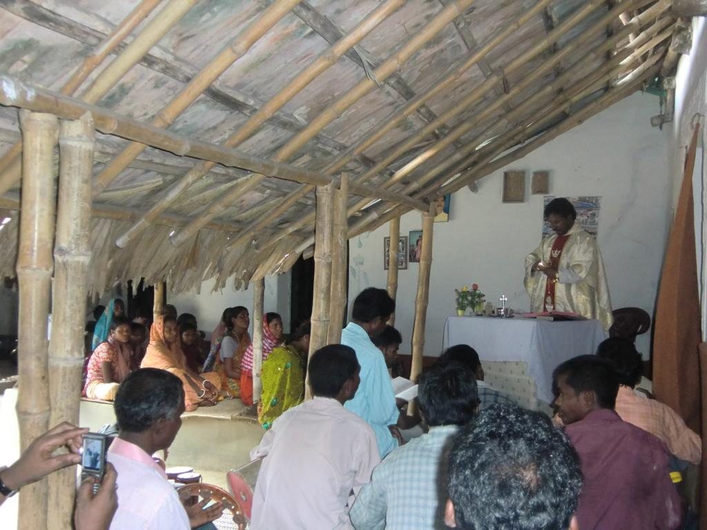 Feier der Heiligen Messe in einem Haus einer Familie mit Nachbarn