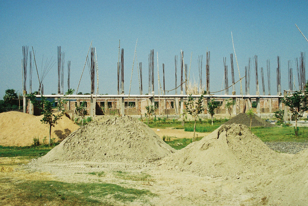 Schule im Bau; im Obergeschoss wird später der Kirchenraum errichtet