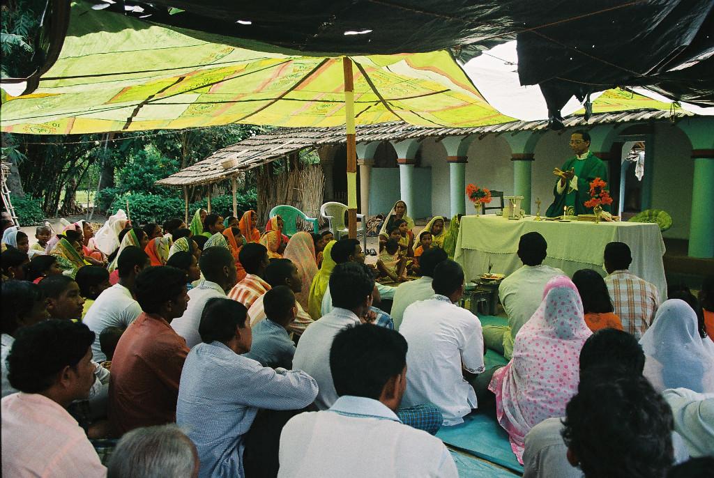 Feier der Heiligen Messe im Haus einer Familie mit Nachbarn