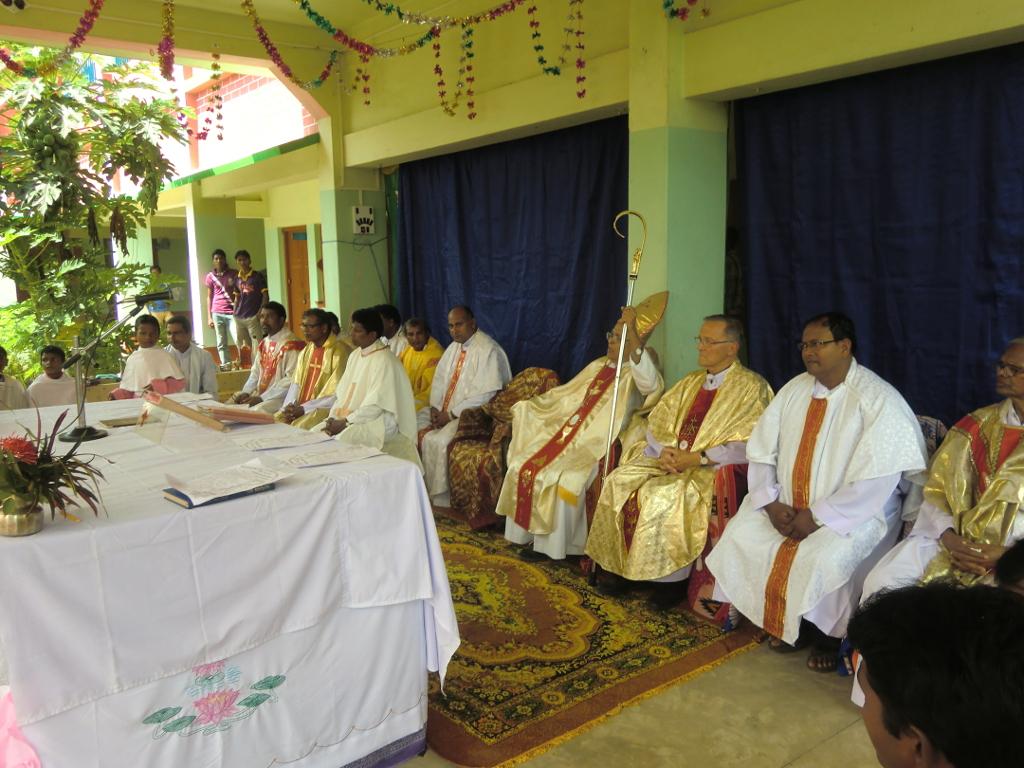 feierliches Pontifikalamt mit Bischof Alphonsus zur Einweihung von Schule und Hostel