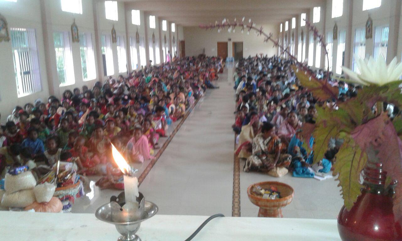 Sonntagsmesse im Kirchenraum