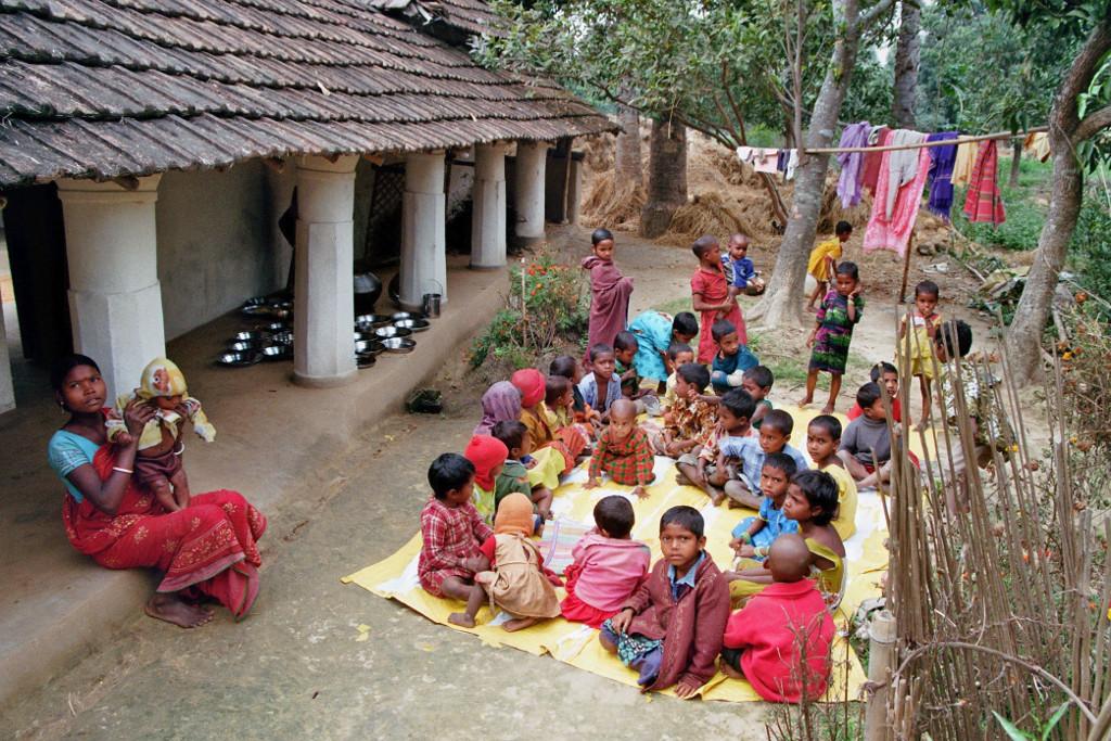 Warten auf die Essensausgabe an Schulkinder in Dorf