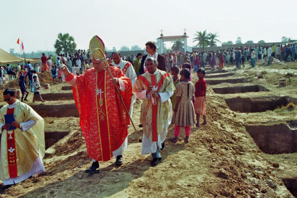Grundsteinlegung im Februar 2008 mit Bischof Alphonsus