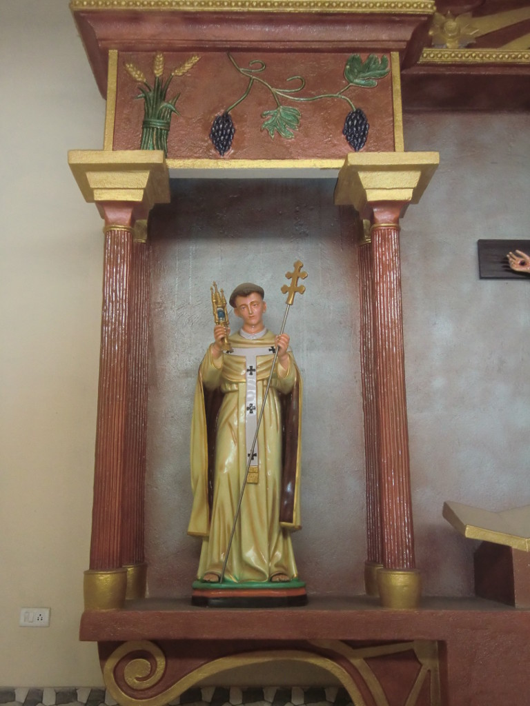 Statue des Hl. Norbert von Xanten am Altar