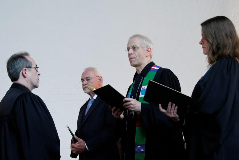 Lesungen und Segen für den neuen Dekan Hermann Köhler (v.l.n.r.) durch Helmut Orthwein, Probst Helmut Wöllenstein und Pfarrerin Evelyn Koch (Foto: Karl-Günter Balzer)