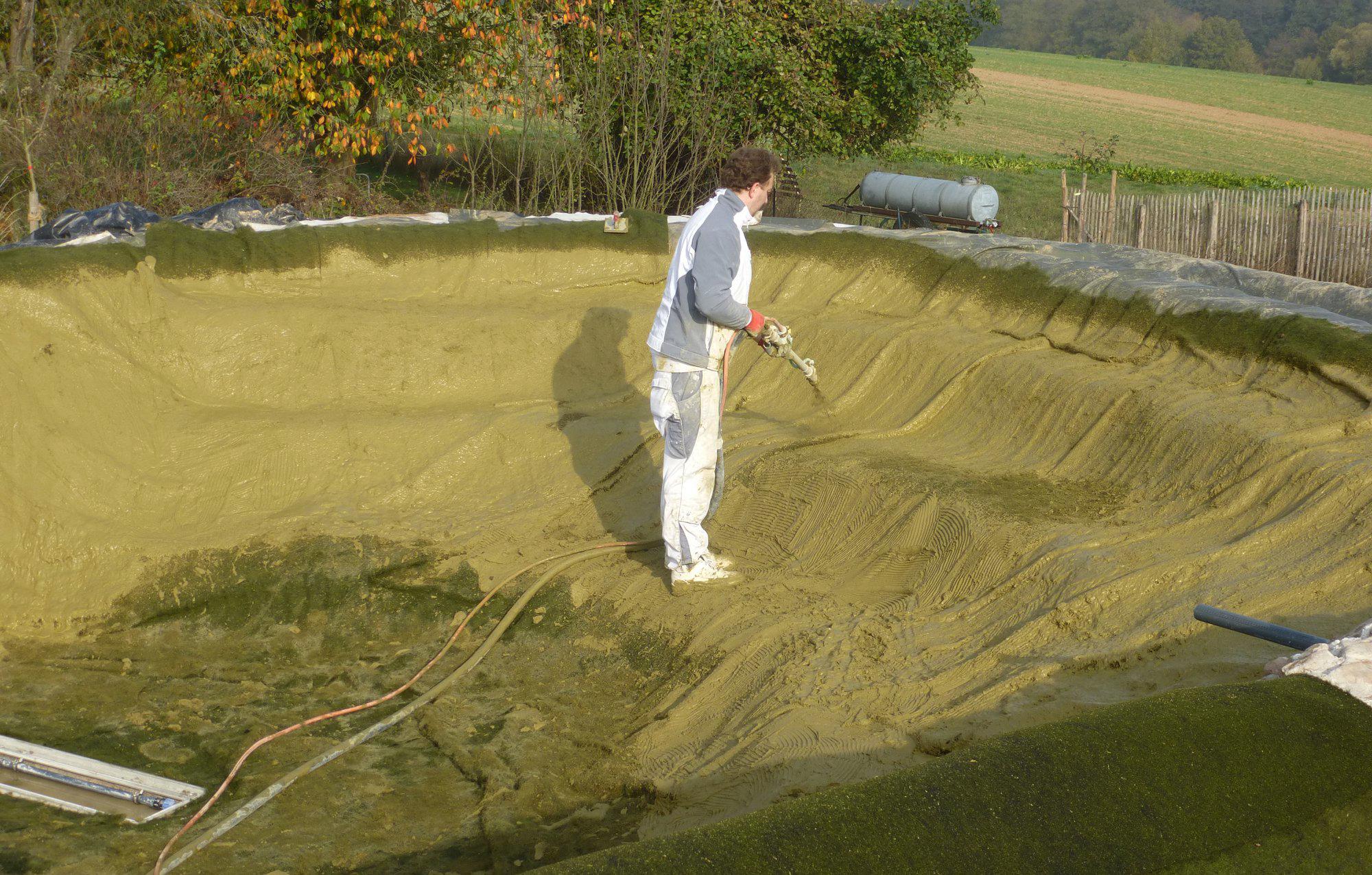 Vermörteln der Teichanlage mit speziellem Gartenteichmörtel