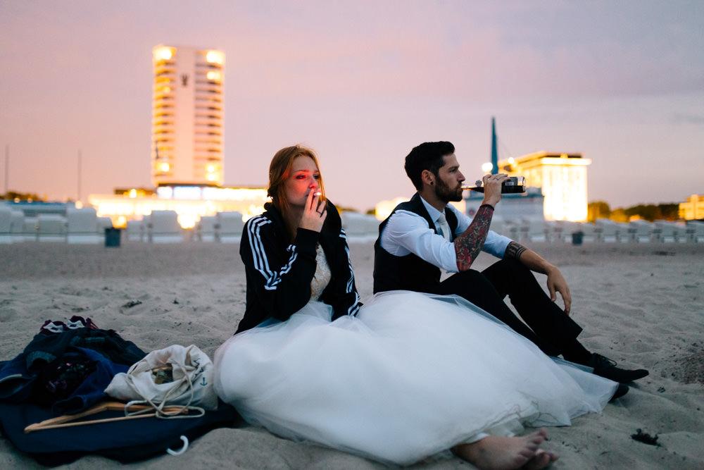 Thomas Sasse, Abend, Hochzeit, Warnemünde, Magdeburg, Wedding, Hochzeitsfotograf, Strand, Rauchen, Smoke, Brautpaar